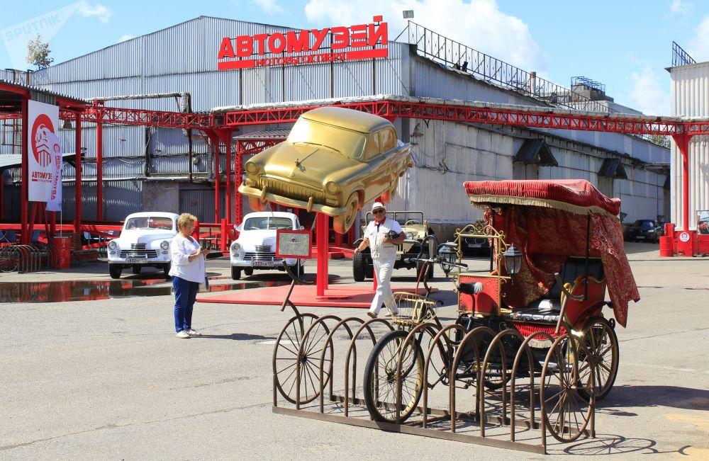 روسيا تفتتح أكبر معرض للسيارات العريقة  (2)