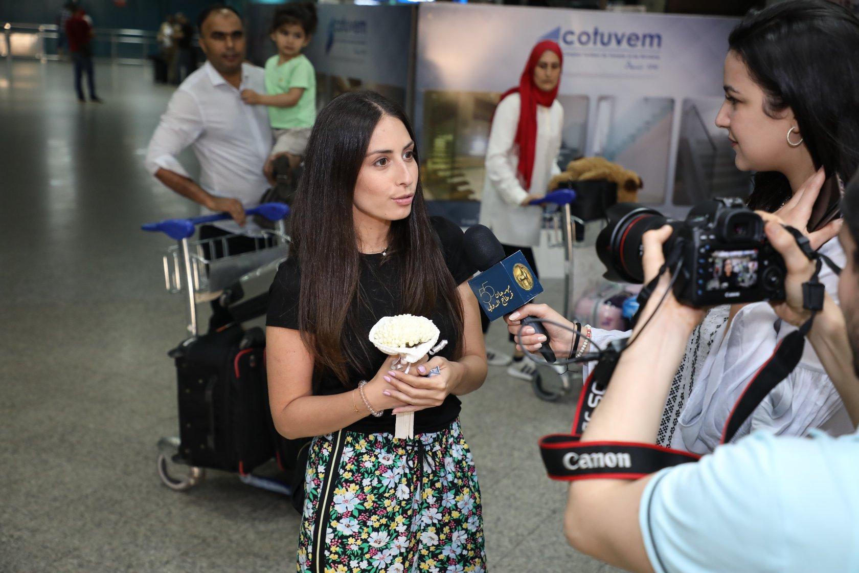 هبة طوجي تصل مطار تونس استعدادا لحفلها بمهرجان قرطاج