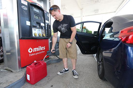 رجل أمريكى يحصل على احتياجاته من البنزين
