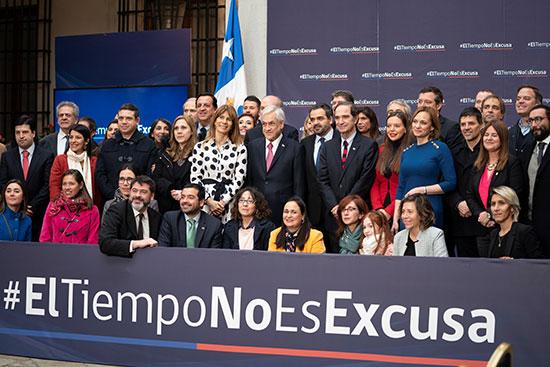 صورة جماعية بعد التوقيع على القانون