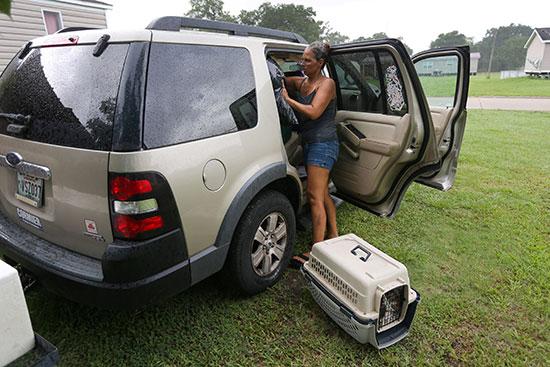 سيدة أمريكية تستعد للرحيل من المدينة