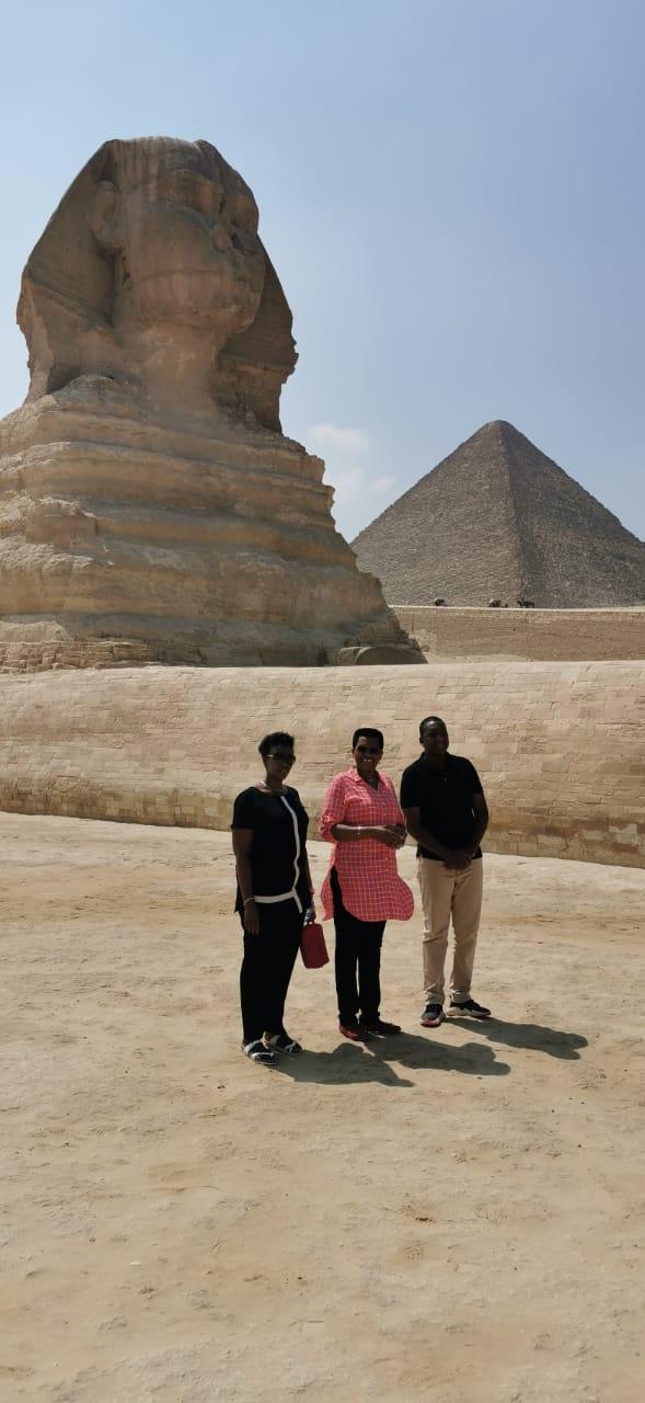 حرم رئيس بورندى والوفد المرافق لها منطقة آثار الهرم (3)