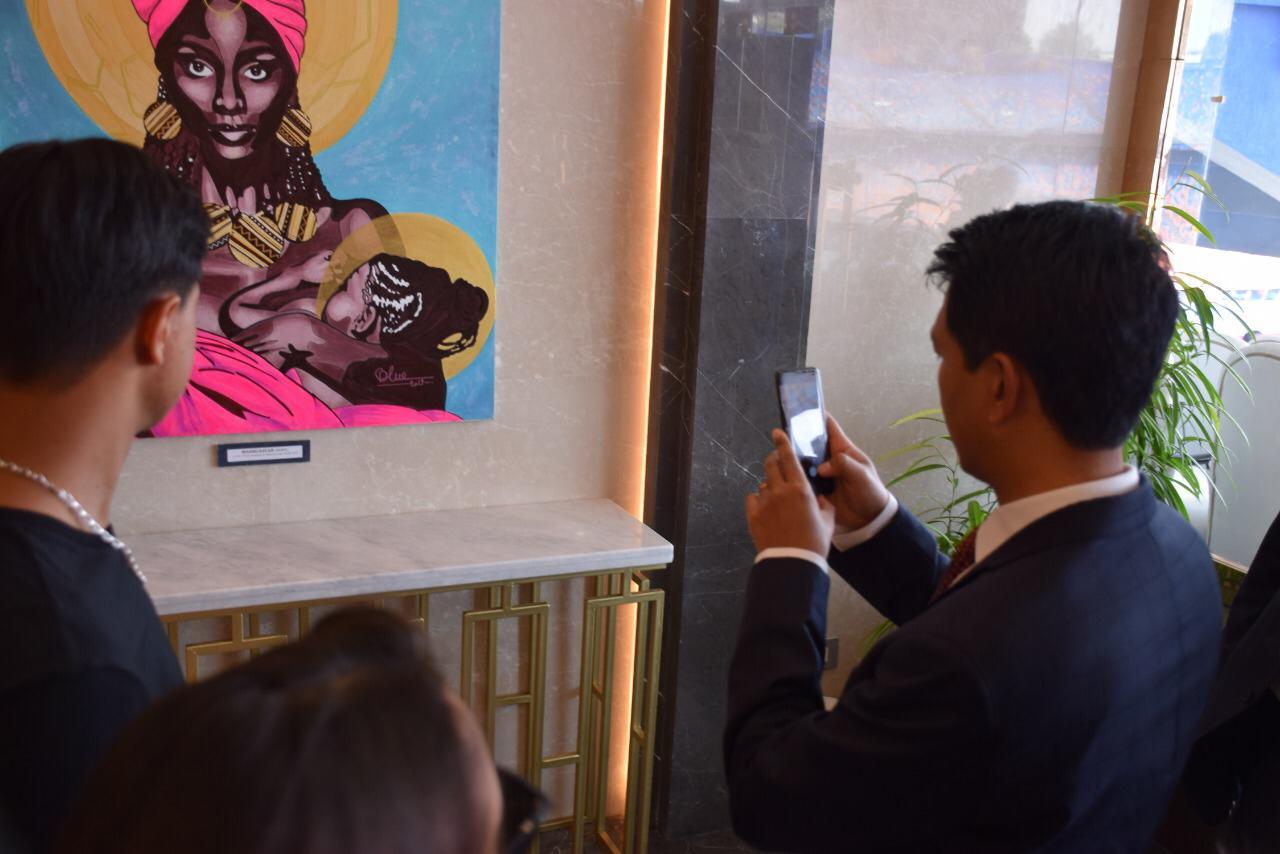 رئيس مدغشقر يلتقط صورة لأحد اللوحات فى استاد القاهرة