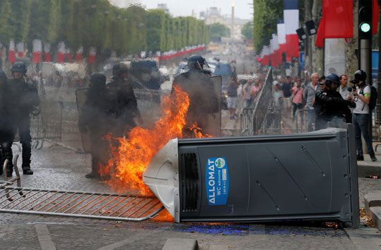 المتظاهرون-يشعلون-النار-فى-صندوق