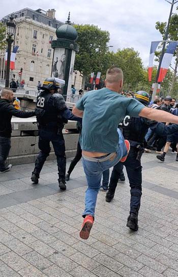 أحد-المتظاهرين-يركل-شرطى