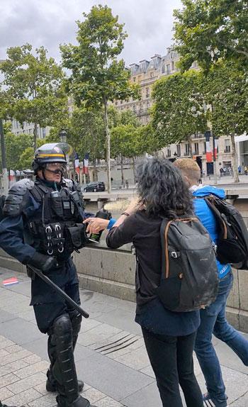 شرطى-فرنسى-يفرق-المتظاهرين