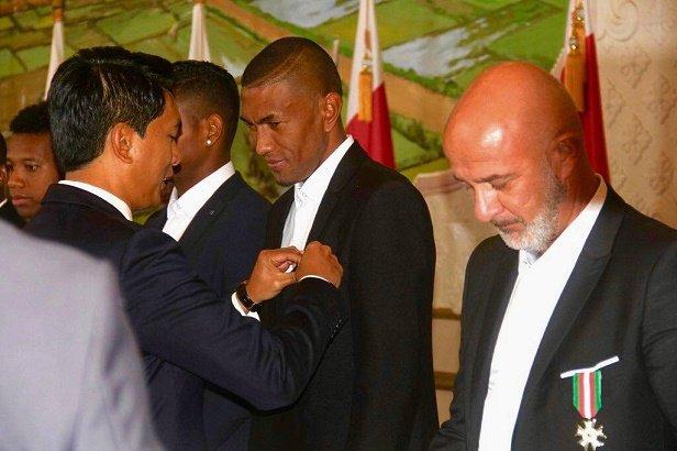 منح منتخب مدغشقر اعلى الاوسمه (2)