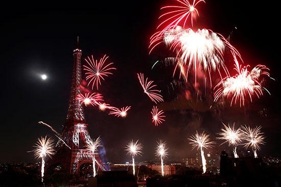 الألعاب النارية تضيئ سماء باريس