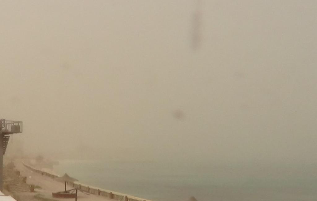 طقس حار يضرب محافظة مطروح والسحب الترابية تحجب الشمس (2)
