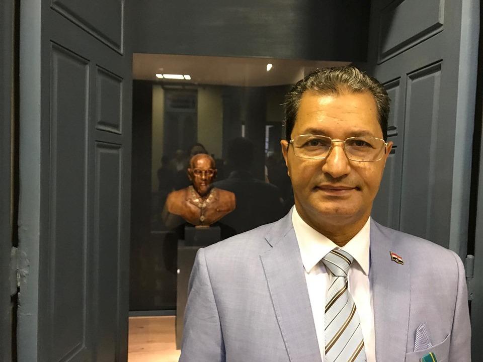 النحات أسامة السروى مع تمثال نجيب محفوظ فى المتحف
