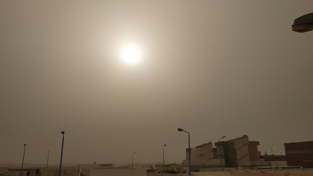 طقس حار يضرب محافظة مطروح والسحب الترابية تحجب الشمس (6)