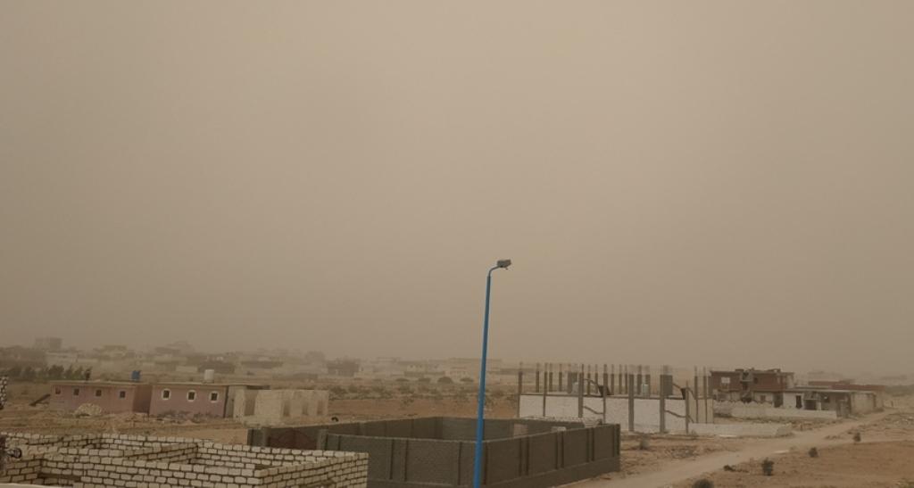 طقس حار يضرب محافظة مطروح والسحب الترابية تحجب الشمس (5)