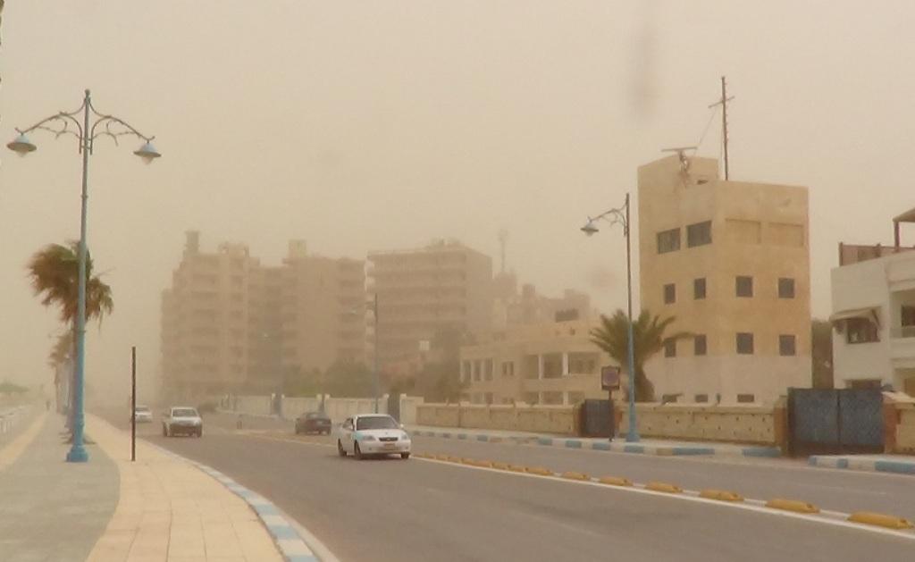 طقس حار يضرب محافظة مطروح والسحب الترابية تحجب الشمس (3)