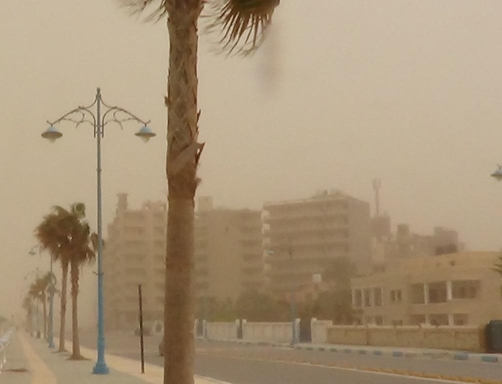 طقس حار يضرب محافظة مطروح والسحب الترابية تحجب الشمس (1)