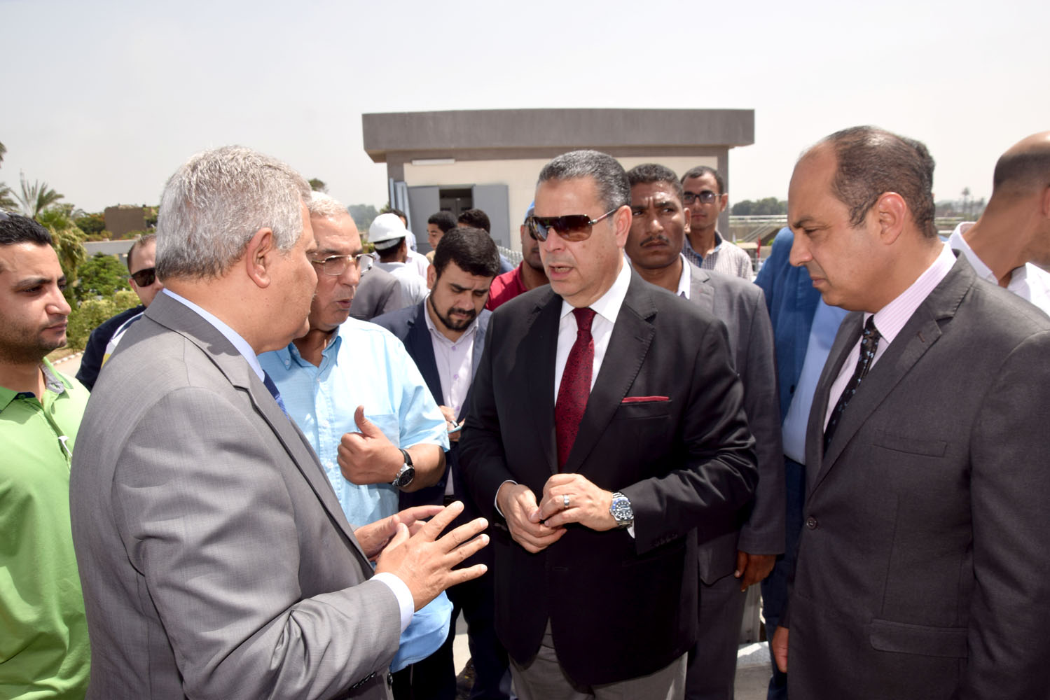 محافظ بني سويف ورئيس الشركة القابضة يتفقدان مشروع تطوير محطة صرف تزمنت الشرقية (1)