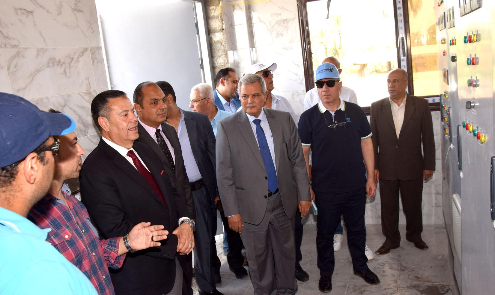محافظ بني سويف ورئيس الشركة القابضة يتفقدان مشروع تطوير محطة صرف تزمنت الشرقية (8)