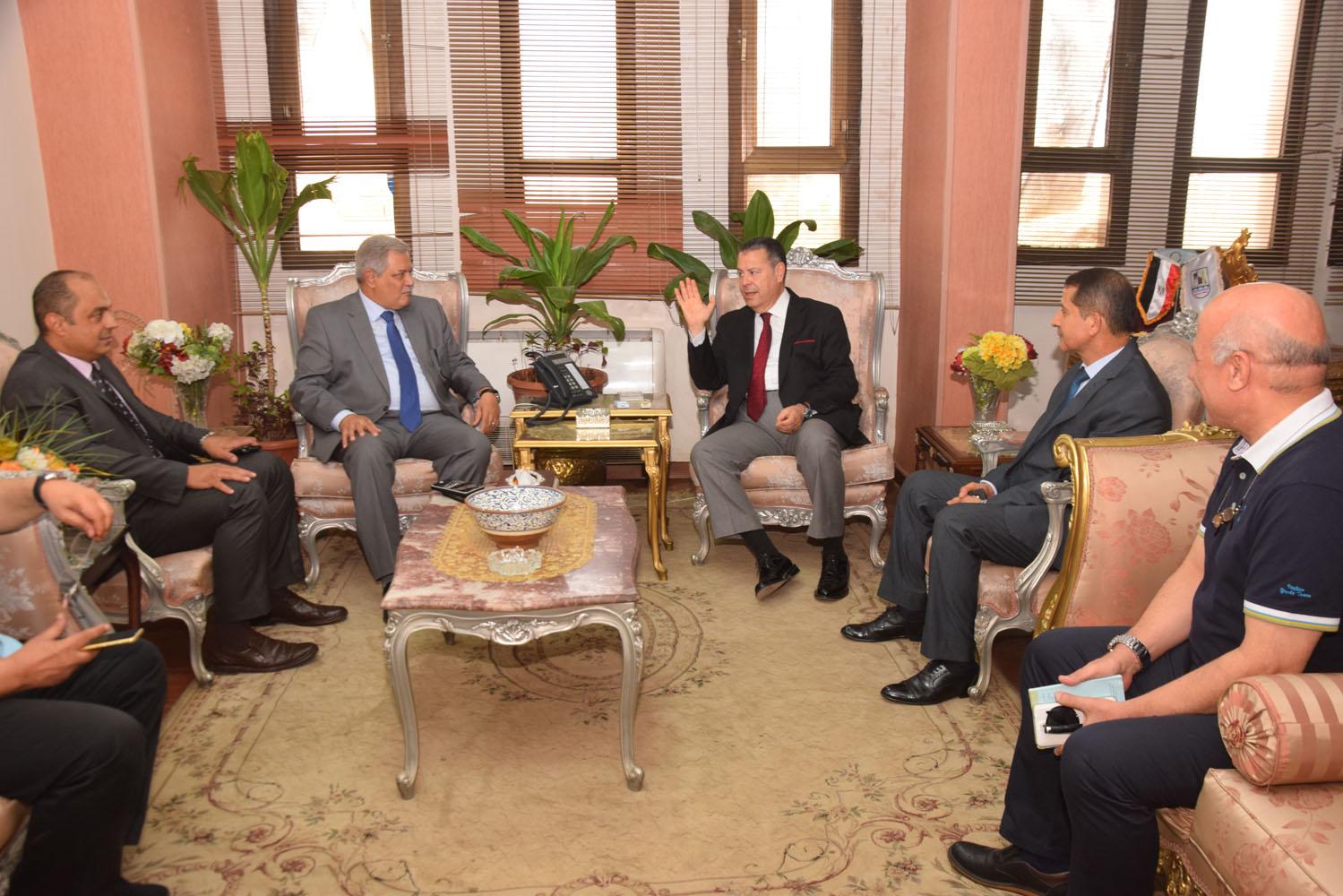 محافظ بني سويف ورئيس الشركة القابضة يتفقدان مشروع تطوير محطة صرف تزمنت الشرقية (3)