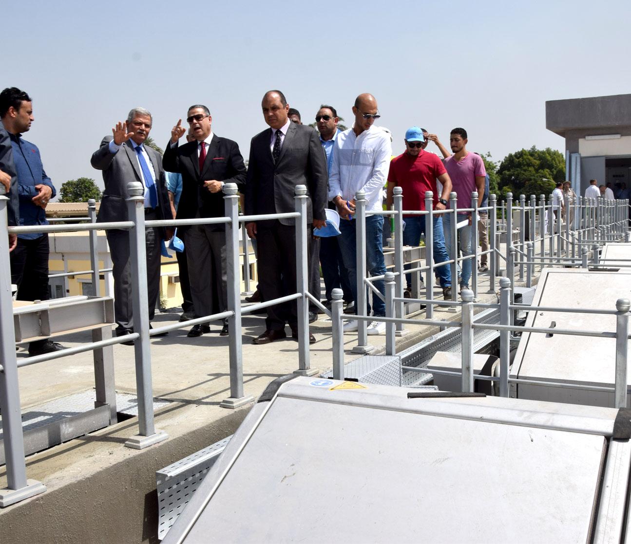 محافظ بني سويف ورئيس الشركة القابضة يتفقدان مشروع تطوير محطة صرف تزمنت الشرقية (10)