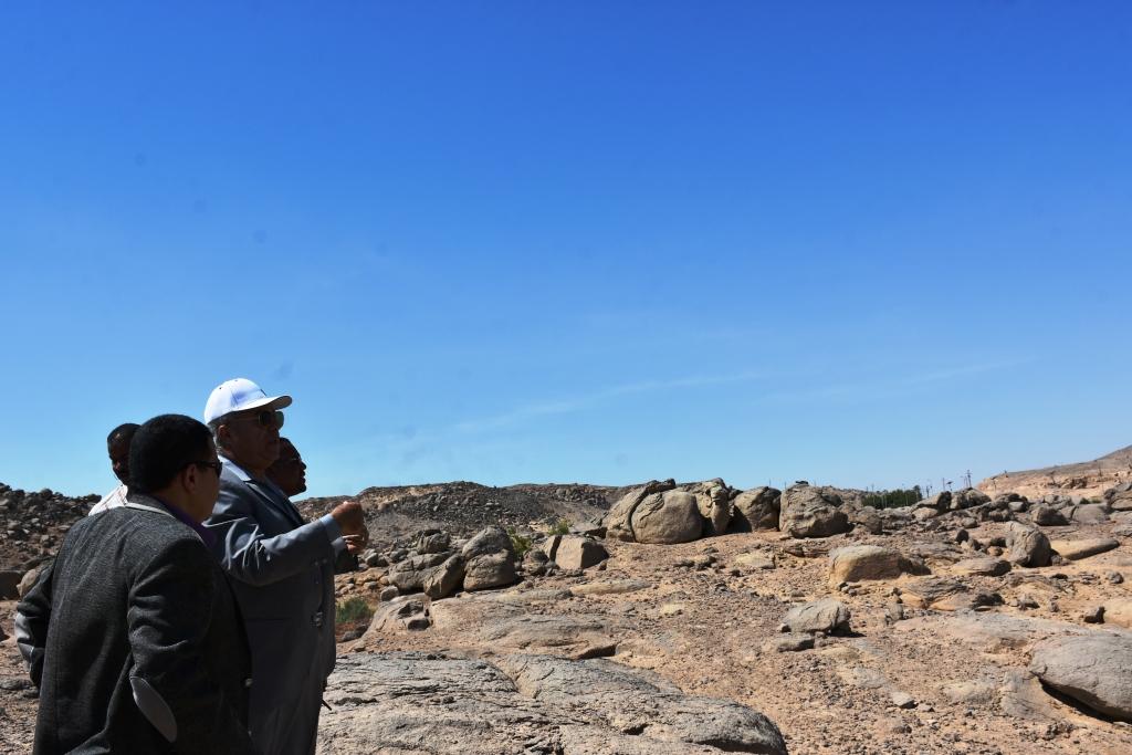 محافظ أسوان تحويل معابد فيلة لمنطقة جذب سياحى (4)