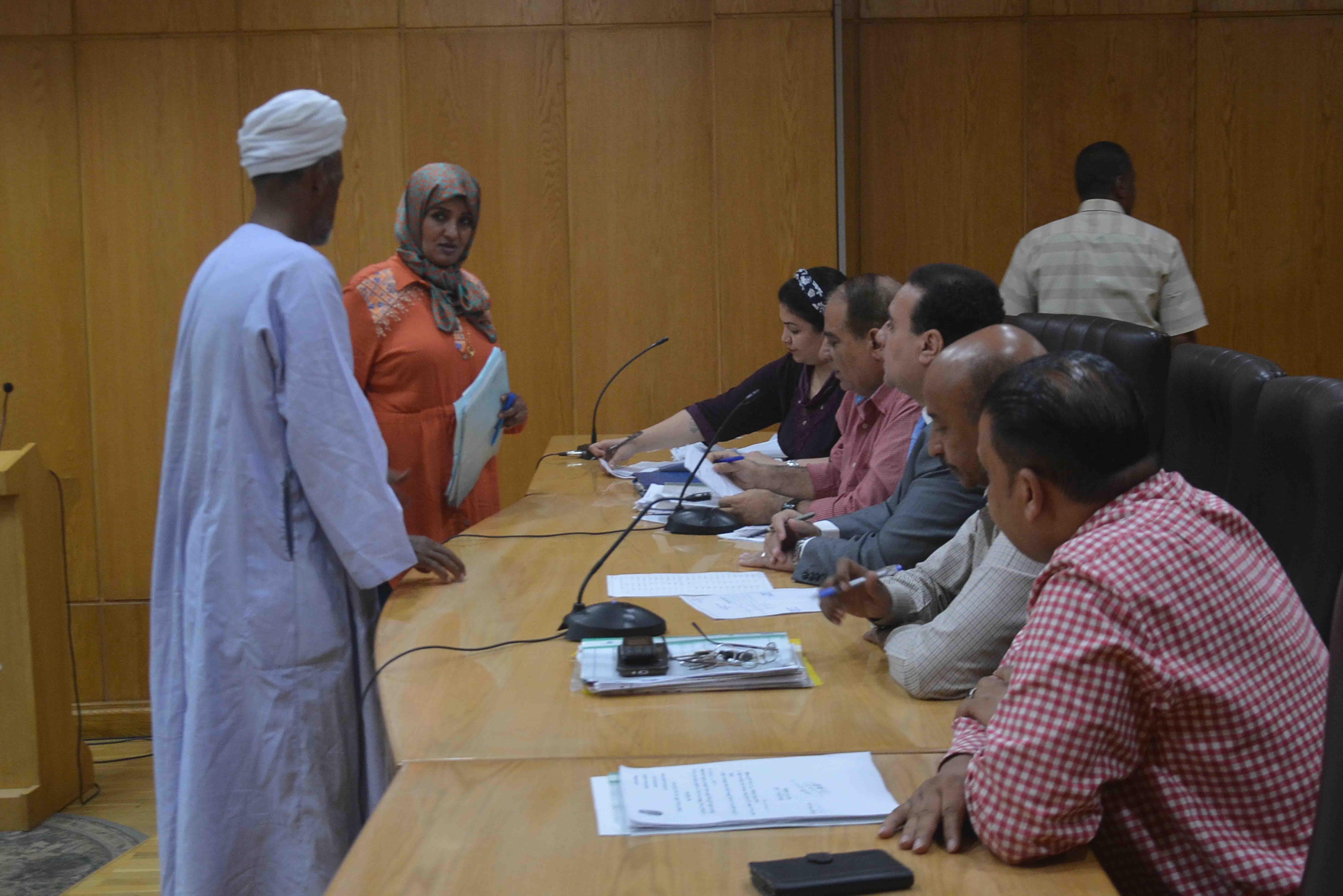 نائب محافظ الأقصر يستمع لشكاوي المواطنين في اليوم المفتوح ويبحث حلها (5)