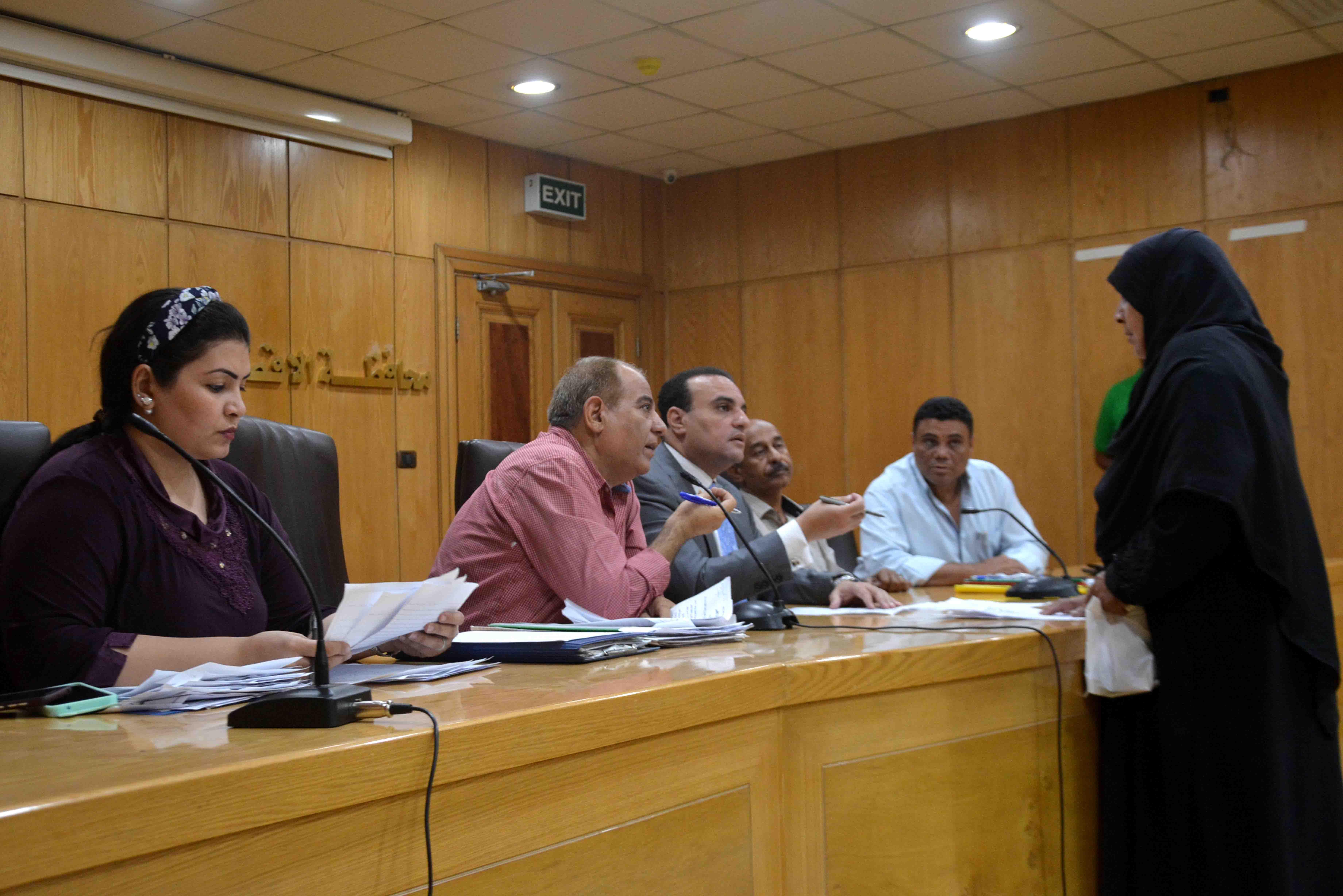 نائب محافظ الأقصر يستمع لشكاوي المواطنين في اليوم المفتوح ويبحث حلها (2)