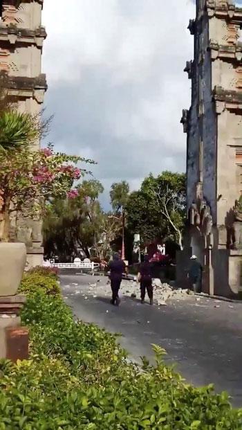 حطام-بوابة-بسبب-الزلزال
