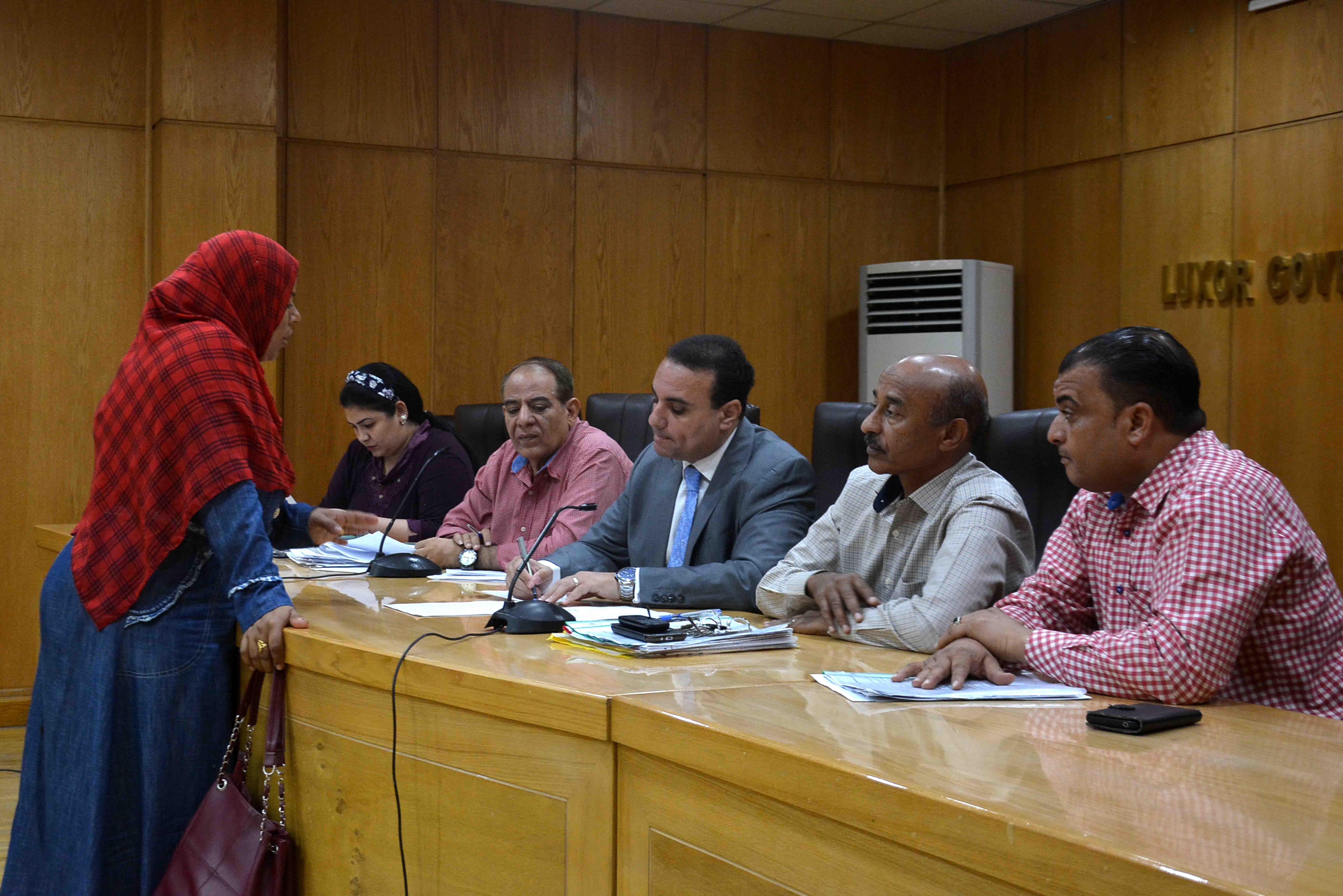 نائب محافظ الأقصر يستمع لشكاوي المواطنين في اليوم المفتوح ويبحث حلها (1)