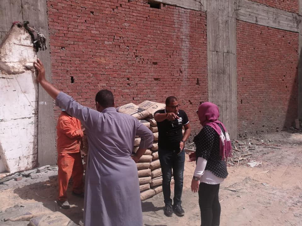 إيقاف أعمال بناء برج مخالف ومصادرة مواد البناء بالمحلة (1)