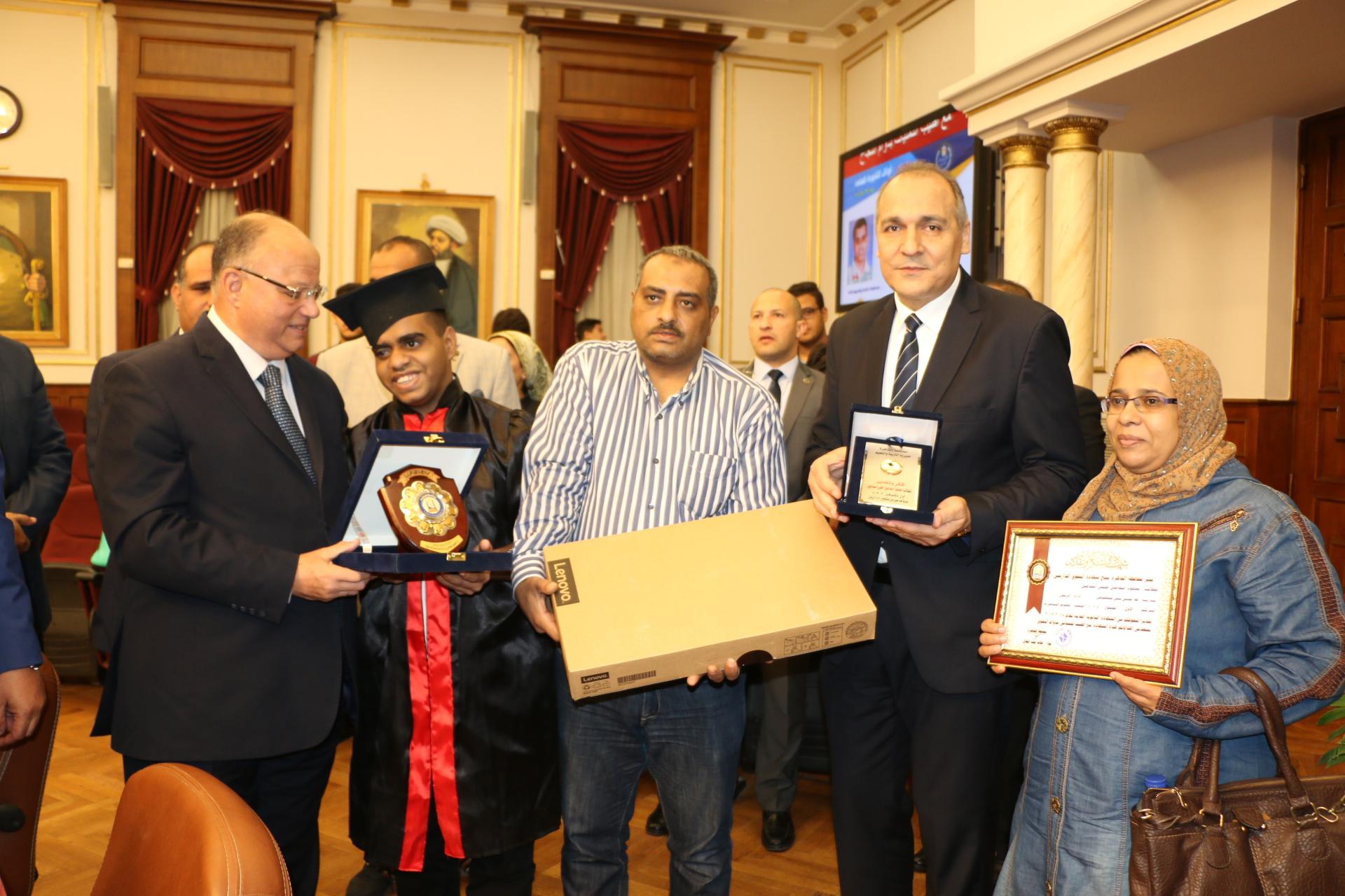 محافظ القاهرة يكرم أوائل الثانوية العامة  (8)