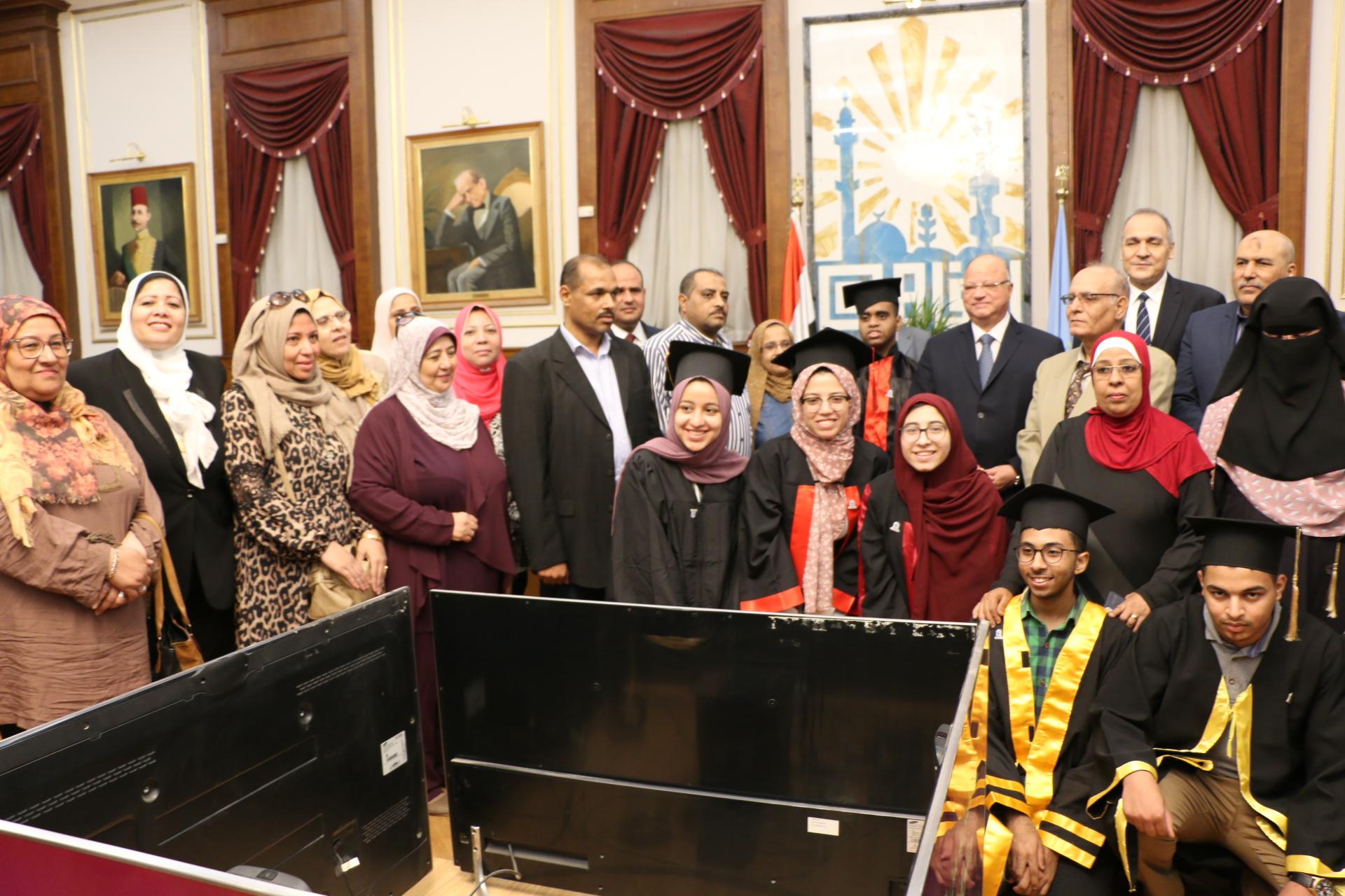 محافظ القاهرة يكرم أوائل الثانوية العامة  (10)