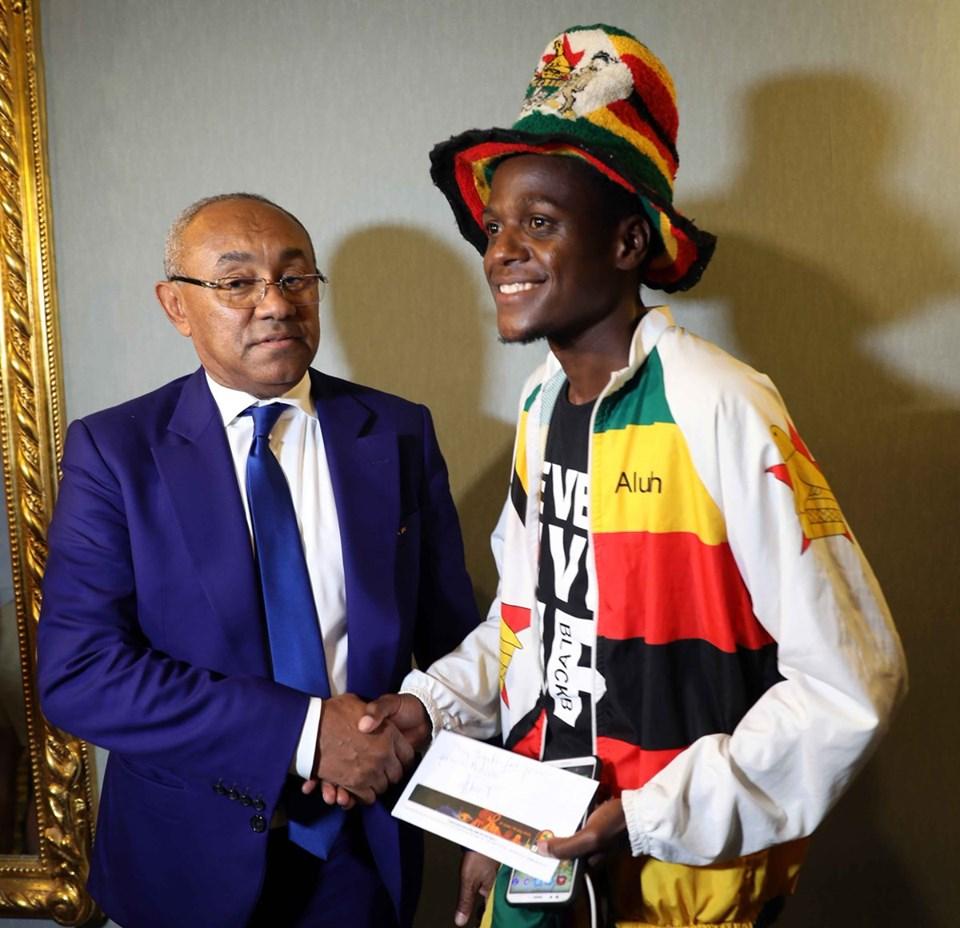 رئيس الكاف يهدي مشجع زيمبابوي تذكرة نهائي افريقيا