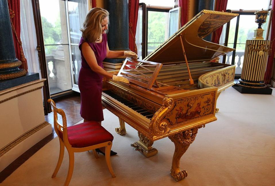 بيانو عتيق