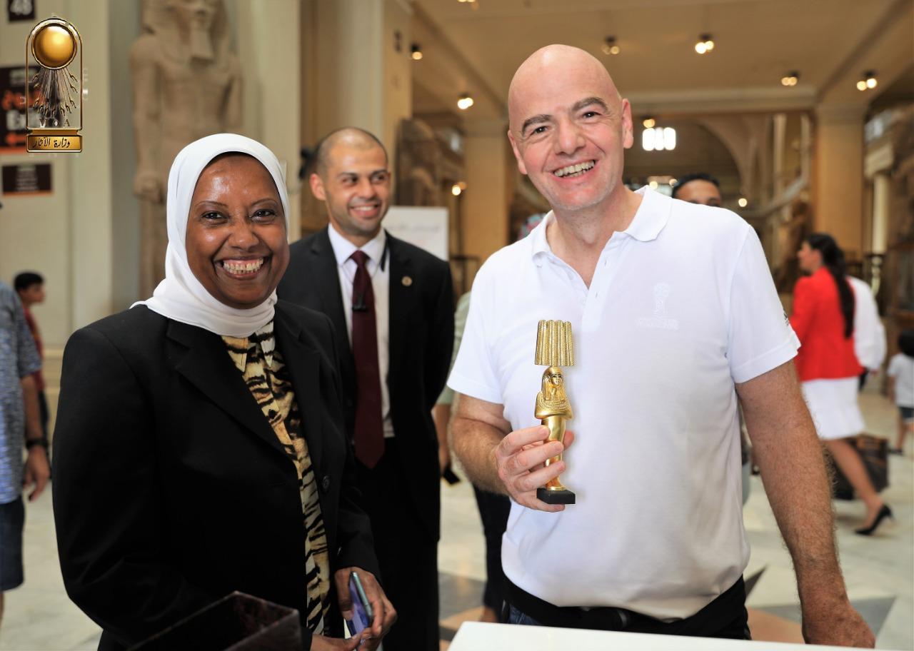 رئيس الفيفا فى المتحف المصرى (2)