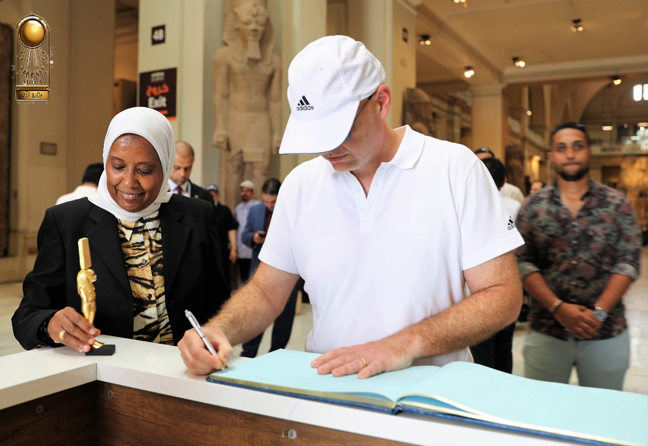 رئيس الفيفا فى المتحف المصرى (1)