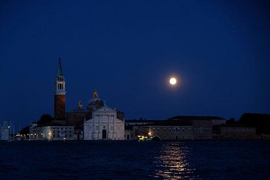 إيطاليا تشهد خسوف القمر