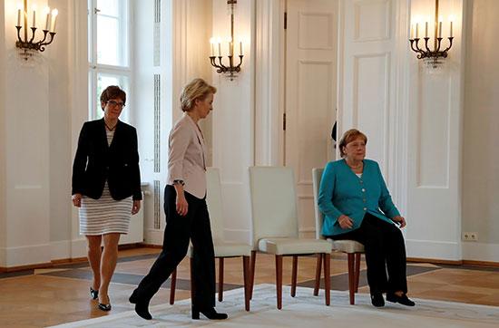 ميركل تشارك فى مراسم تسليم وزارة الدفاع الألمانية