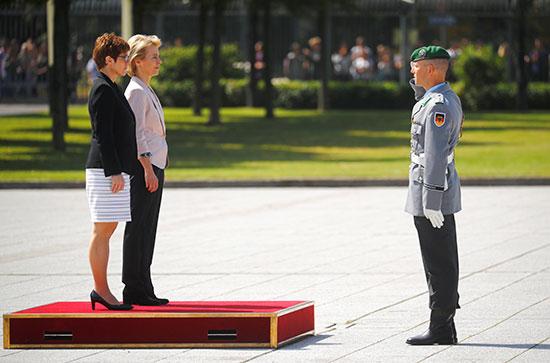 الوزيرتان يتلقان التحية العسكرية من قائد حرس الشرف