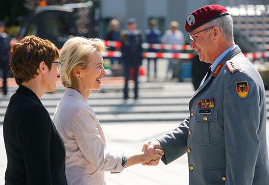 قائد الحرس يصافح وزيرة الدفاع المستقيلة