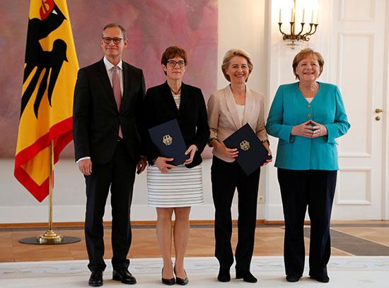 صورة تذكارية لميركل مع وزيرة الدفاع الجديدة ورئيسة المفوضية الأوروبية المنتخبة