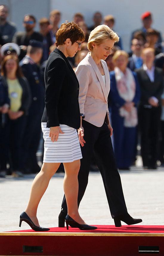 رئيسة المفوضية الأوروبية مع وزيرة الدفاع الألمانية