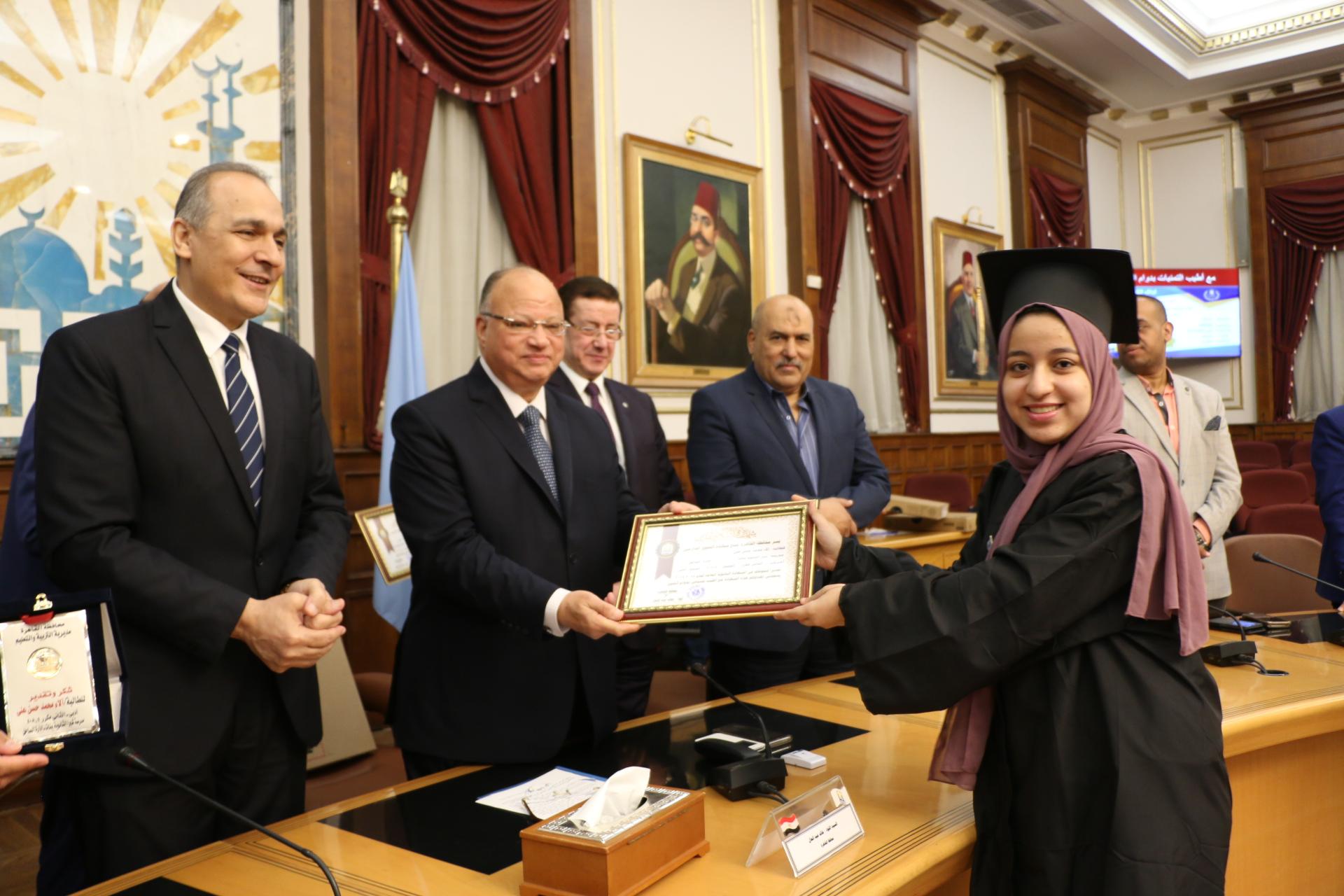محافظ القاهرة يكرم أوائل الثانوية العامة  (6)