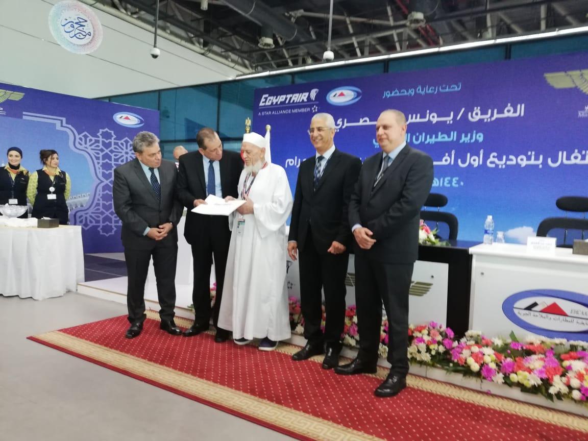 مصر للطيران ترد قيمة تذكرتين إلي الأراضي المقدسة لأكبر الحجاج سنا (1)