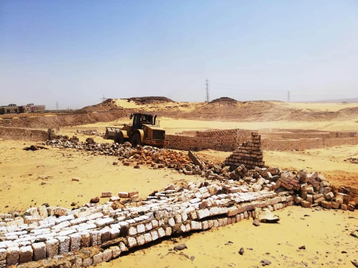 إزالة تعديات على مساحة 50 ألف متر مربع غرب أسوان (2)