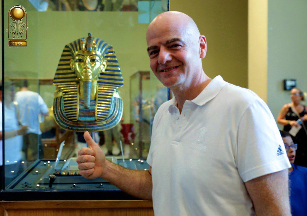 رئيس الفيفا مع تمثال توت عنخ امون