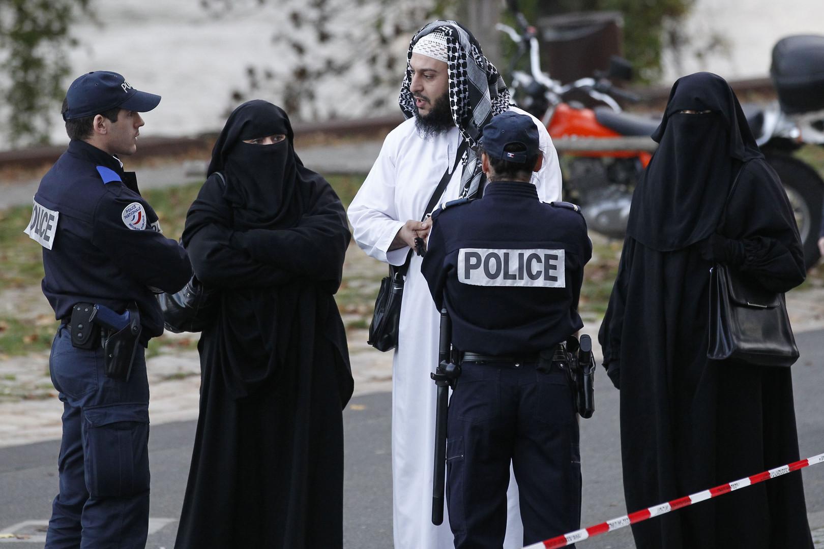 سيدات يرتدين النقاب  (9)
