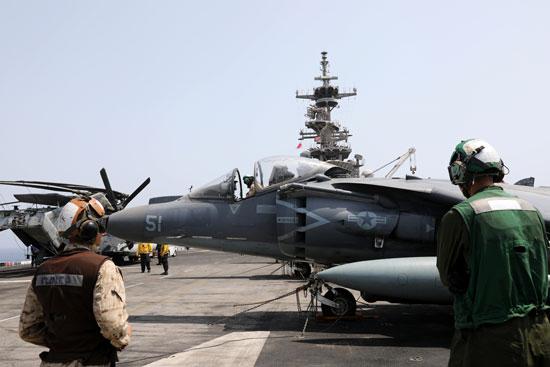 طائرة-أمريكية-تغادر-من-على-سطح-سفينة-حربية