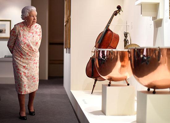 الملكة إليزابيث تفتتح معرضا صيفيا يتمحور حول جدتها  الملكة فيكتوريا (2)