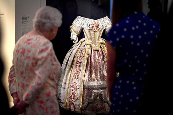 الملكة إليزابيث تفتتح معرضا صيفيا يتمحور حول جدتها  الملكة فيكتوريا (1)
