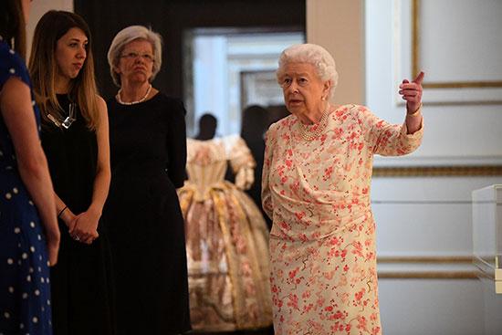 الملكة إليزابيث تفتتح معرضا صيفيا يتمحور حول جدتها  الملكة فيكتوريا (9)