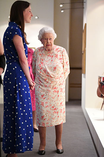 الملكة إليزابيث تفتتح معرضا صيفيا يتمحور حول جدتها  الملكة فيكتوريا (10)